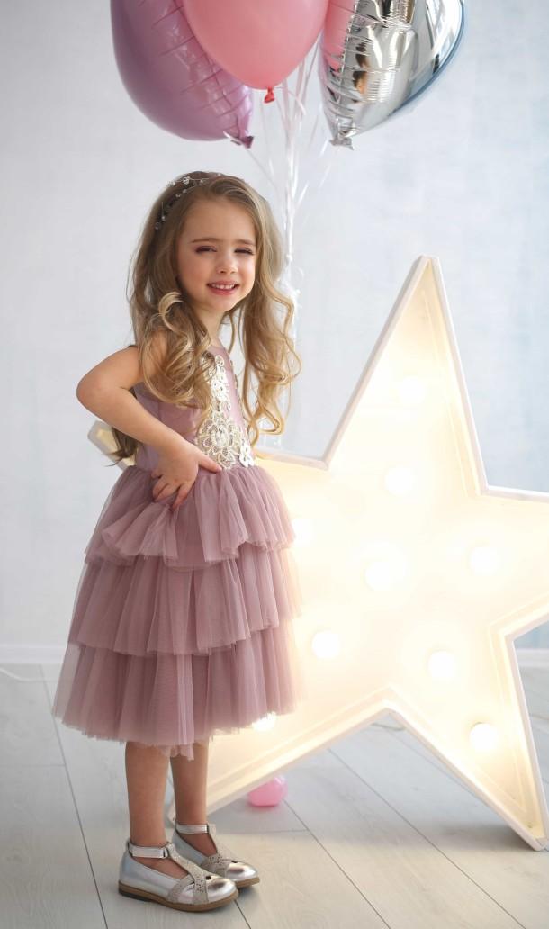 Девочка обута в детские туфли Bebbini серебряные (2301) Фото 1
