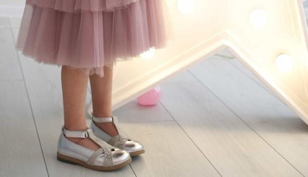 Девочка обута в детские туфли Bebbini серебряные (2301) Фото 2