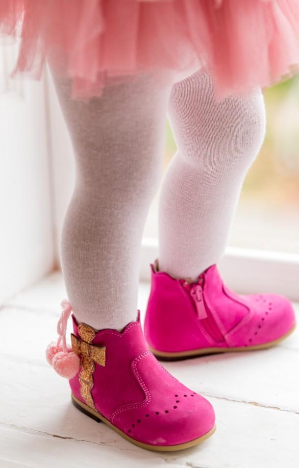 Девочка обута в детские демисезонные ботинки (подкладка кожа) Bebbini розовые (3016) Фото 1