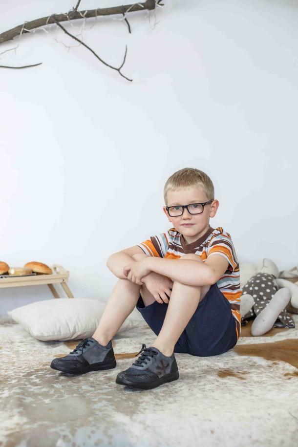 Мальчик обут в детские кроссовки (шнурок резинка) Woopy Orthopedic серые, черные (3039) Фото 1