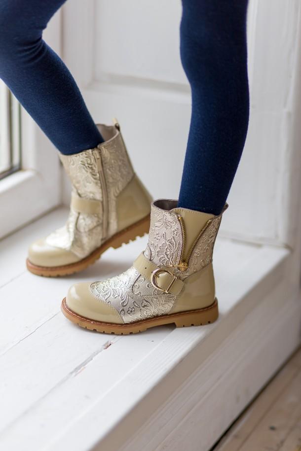 Девочка обута в детские демисезонные ботинки Woopy Orthopedic бежевые (3211) Фото 1