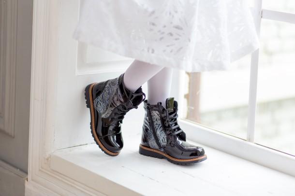 Девочка обута в детские демисезонные ботинки Woopy Orthopedic черные (3212) Фото 1
