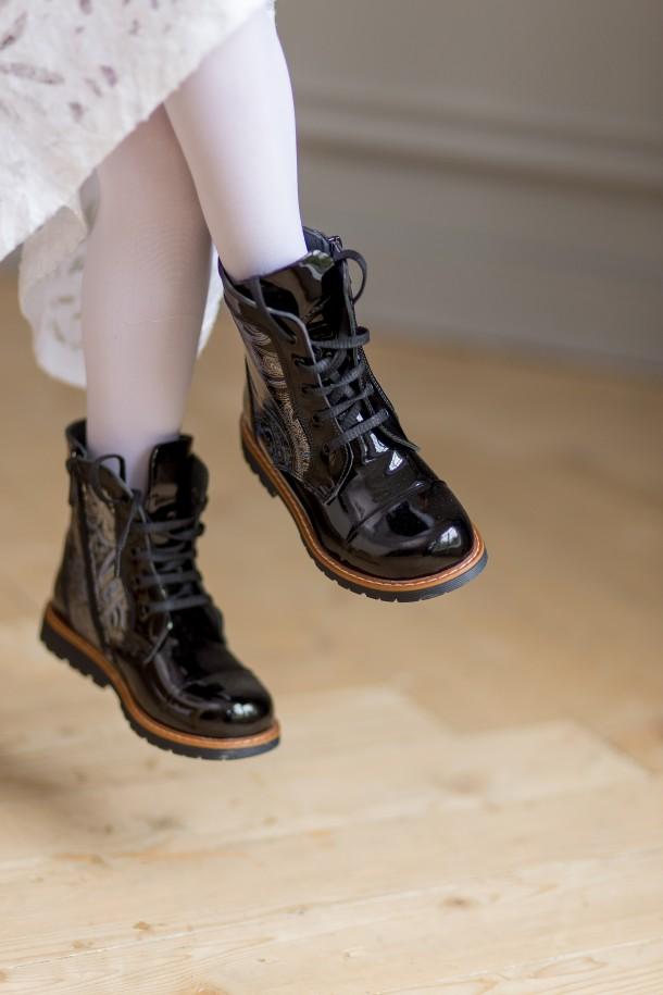 Девочка обута в детские демисезонные ботинки Woopy Orthopedic черные (3212) Фото 2