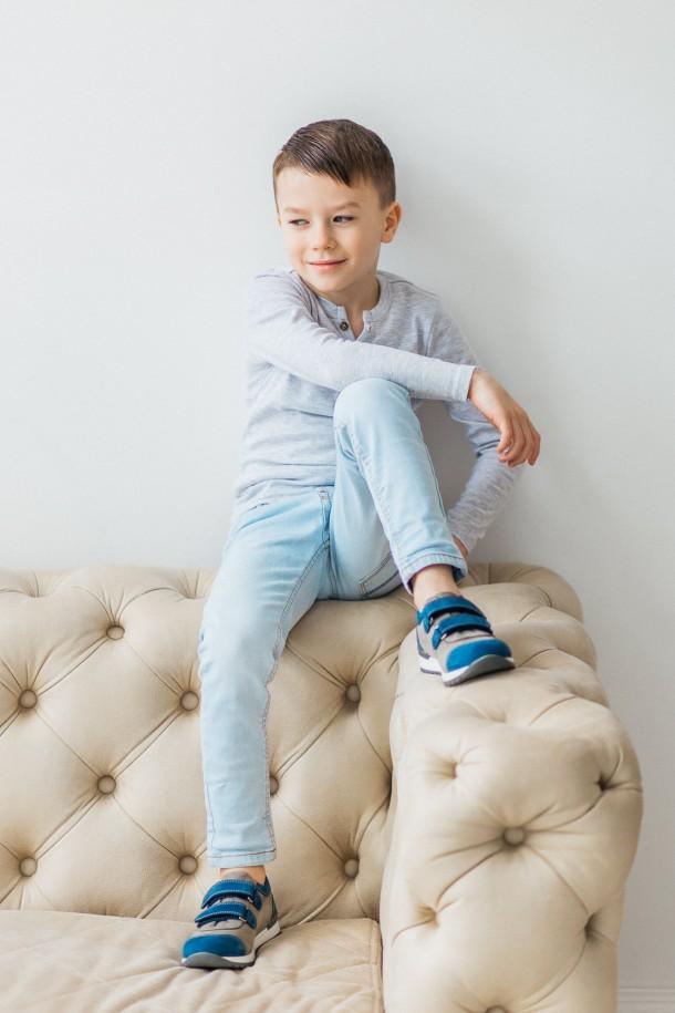 Мальчик обут в детские кроссовки Woopy Orthopedic серые, синие (3304) Фото 1