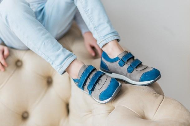 Мальчик обут в детские кроссовки Woopy Orthopedic серые, синие (3304) Фото 2