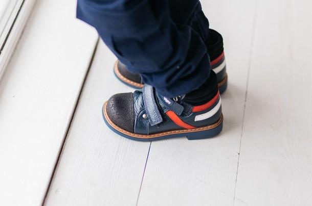 Мальчик обут в детские демисезонные ботинки Woopy Orthopedic темно-синие (3339) Фото 2