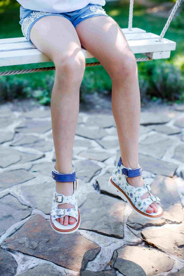 Девочка обута в детские босоножки Woopy Orthopedic сиреневые, разноцветные (3575) Фото 2