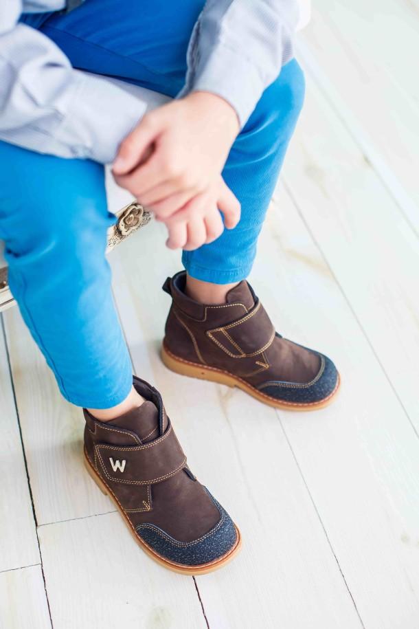 Мальчик обут в детские демисезонные ботинки Woopy Orthopedic коричневые (3784) Фото 2