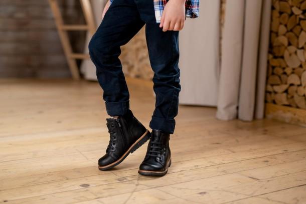 Мальчик обут в детские демисезонные ботинки Woopy Orthopedic черные (3841) Фото 2