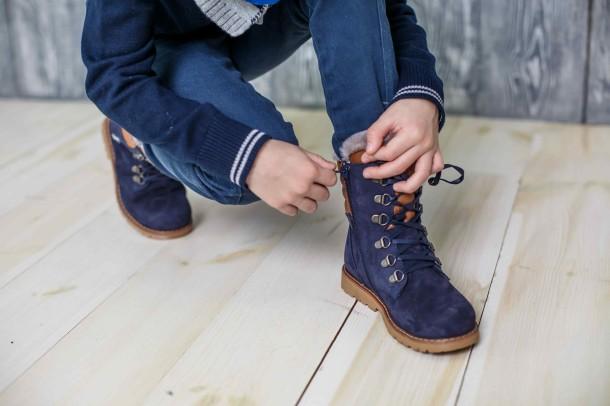 Мальчик обут в детские зимние ботинки на меху Woopy Orthopedic синие (3925) Фото 2
