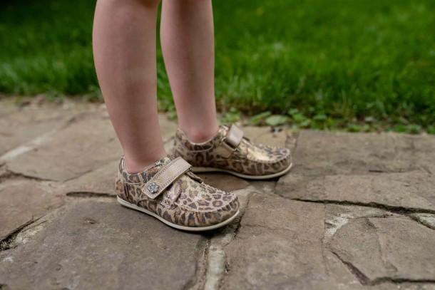 Девочка обута в детские мокасины Woopy Orthopedic золотые (4013) Фото 2