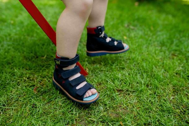 Мальчик обут в детские ортопедические босоножки (с высоким берцем) Woopy Orthopedic синий (4053) Фото 2
