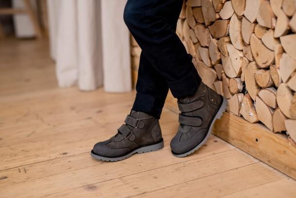 Мальчик обут в детские демисезонные ботинки Woopy Orthopedic серые (4059) Фото 2