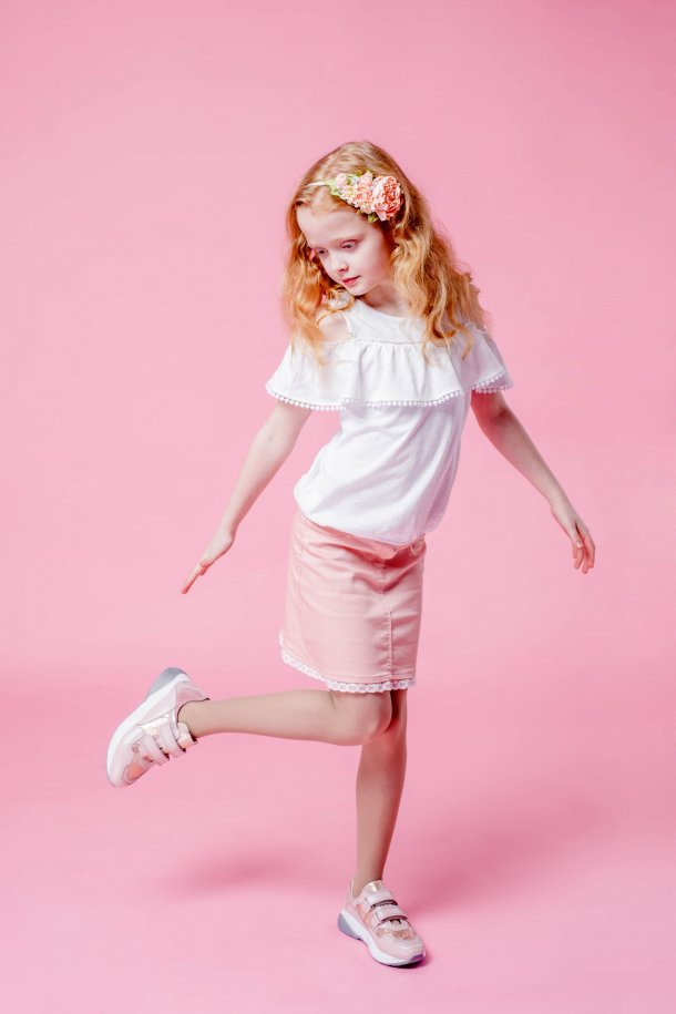 Девочка обута в детские кроссовки Woopy Orthopedic пудровые (4116) Фото 1