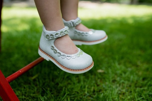 Девочка обута в детские туфли Woopy Orthopedic серебряные (4226) Фото 2