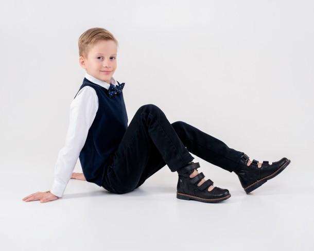 Мальчик обут в детские ортопедические туфли (с высоким берцем) Woopy Orthopedic черные (4276) Фото 1
