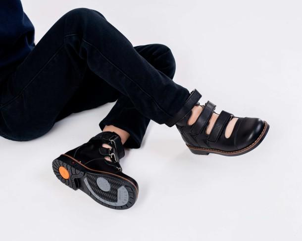 Мальчик обут в детские ортопедические туфли (с высоким берцем) Woopy Orthopedic черные (4276) Фото 2