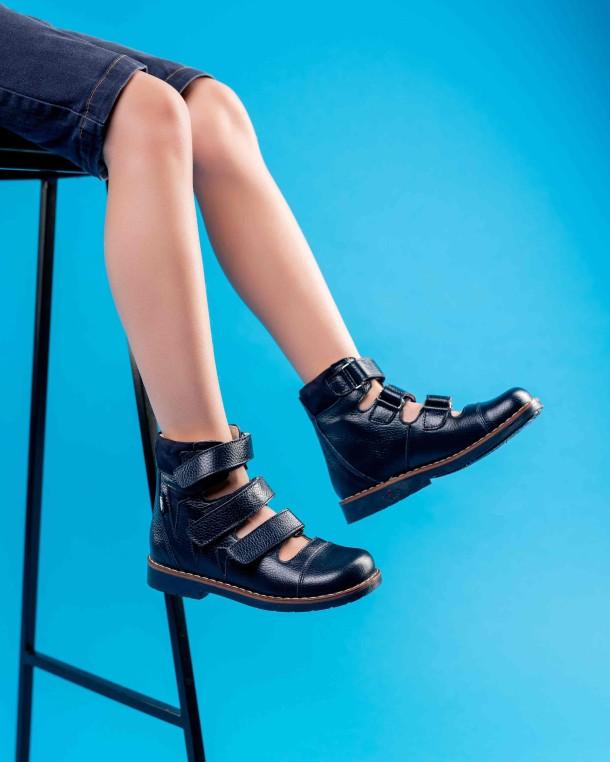 Мальчик обут в детские ортопедические туфли (с высоким берцем) Woopy Orthopedic синие (4279) Фото 2
