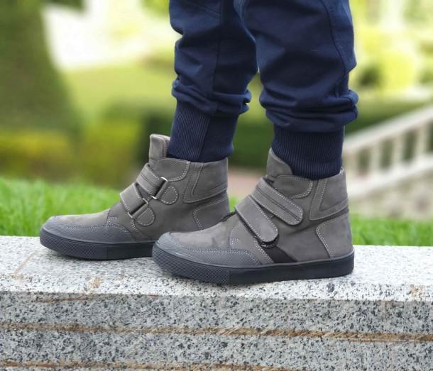 Мальчик обут в детские демисезонные ботинки Woopy Fashion серые (4362) Фото 2