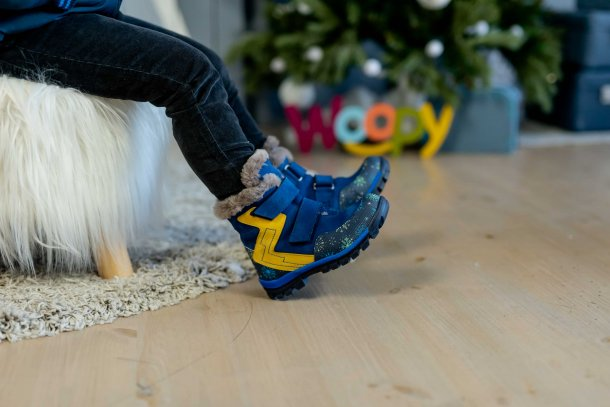 Мальчик обут в детские зимние ботинки на меху Woopy Fashion синие (4476) Фото 2