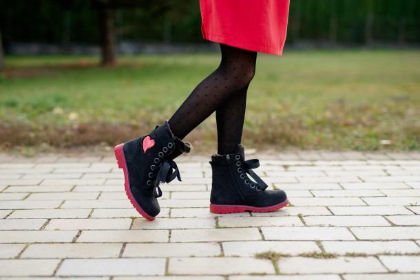 Девочка обута в детские зимние ботинки на меху Woopy Fashion черные (4482) Фото 1