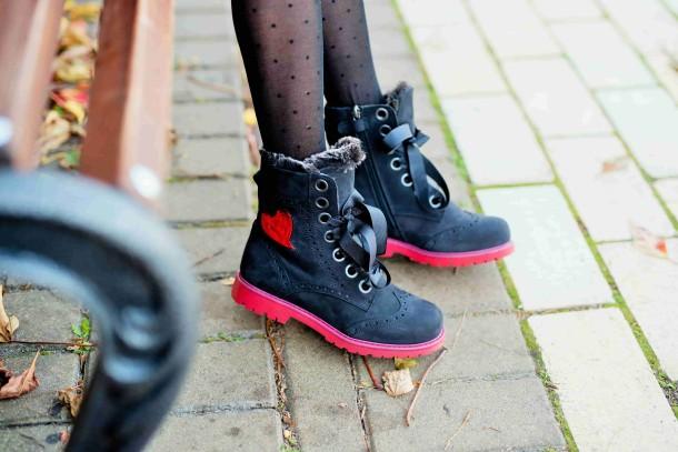 Девочка обута в детские зимние ботинки на меху Woopy Fashion черные (4482) Фото 2