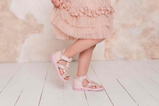 Девочка обута в детские босоножки Woopy Orthopedic розовые (5002) Фото 2