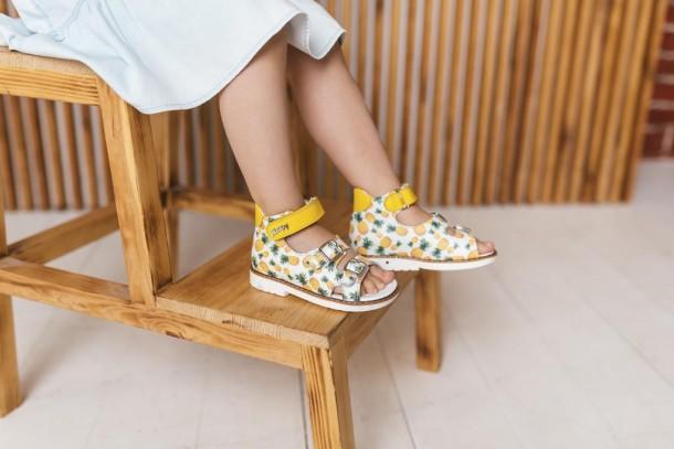 Девочка обута в детские босоножки Woopy Orthopedic желтые (5040) Фото 1