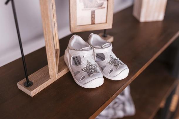 Девочка обута в детские закрытые босоножки Woopy Fashion серебряные (5065) Фото 1