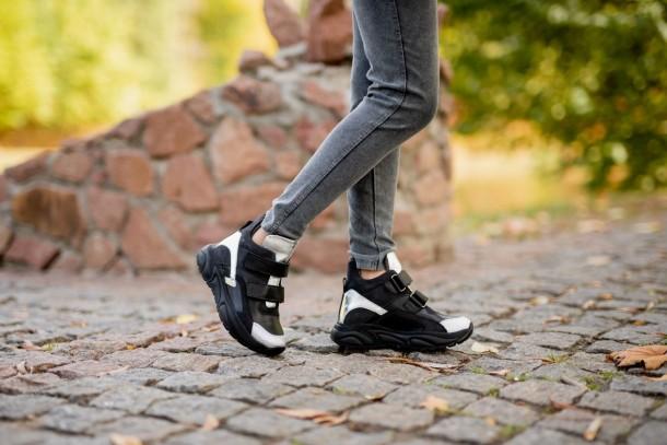 Девочка обута в детские демисезонные ботинки (подкладка кожа) Woopy Fashion черные (5098) Фото 1