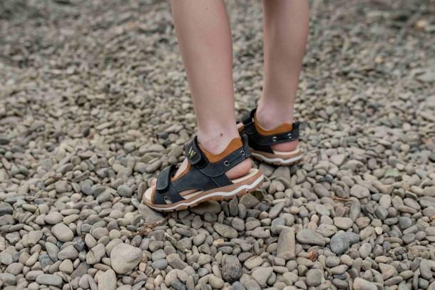 Мальчик обут в детские босоножки Woopy Fashion серые (5101) Фото 2