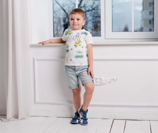 Мальчик обут в детские закрытые босоножки Woopy Fashion белые (5104) Фото 1