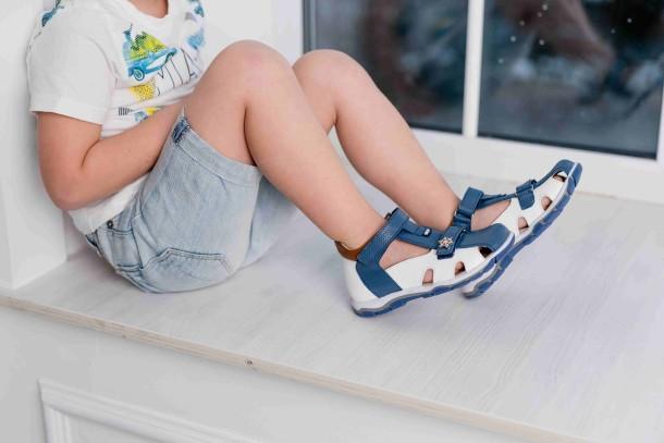 Мальчик обут в детские закрытые босоножки Woopy Fashion белые (5104) Фото 2