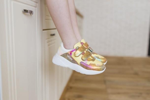 Девочка обута в детские кроссовки Woopy Fashion разноцветные (5151) Фото 1