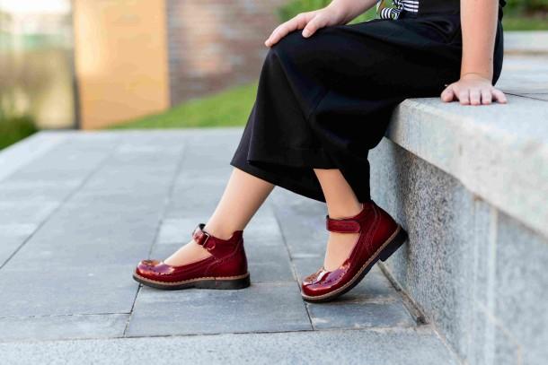 Девочка обута в детские туфли Woopy Orthopedic красные (7001) Фото 2