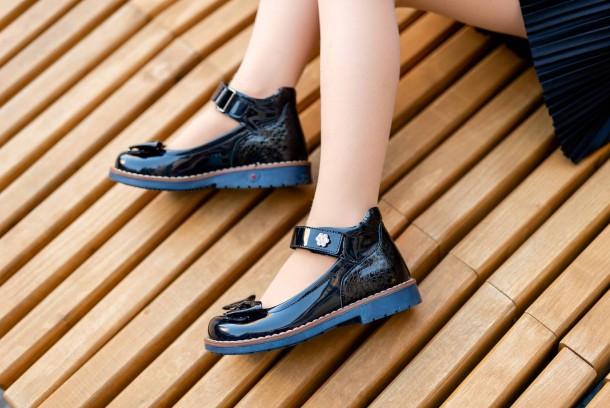 Девочка обута в детские туфли Woopy Orthopedic темно-синие (7025) Фото 1