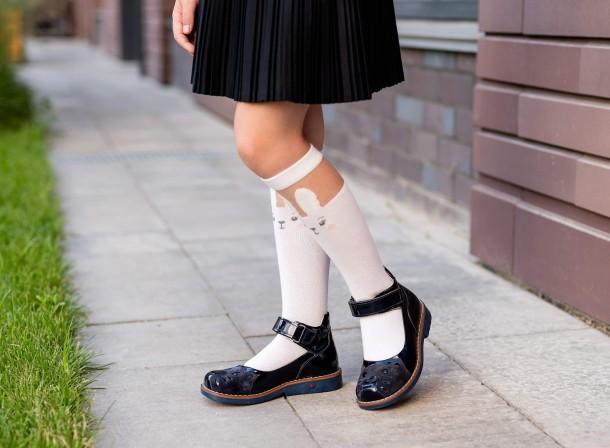 Девочка обута в детские туфли Woopy Orthopedic темно-синие (7028) Фото 1