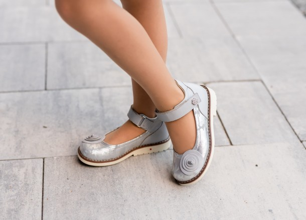 Девочка обута в детские туфли Woopy Orthopedic серые (7031) Фото 2