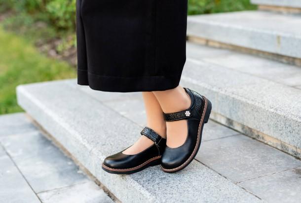 Девочка обута в детские туфли Woopy Orthopedic черные (7032) Фото 2