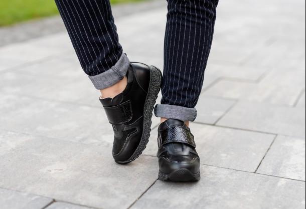 Девочка обута в детские кроссовки Woopy Fashion черные (7069) Фото 1