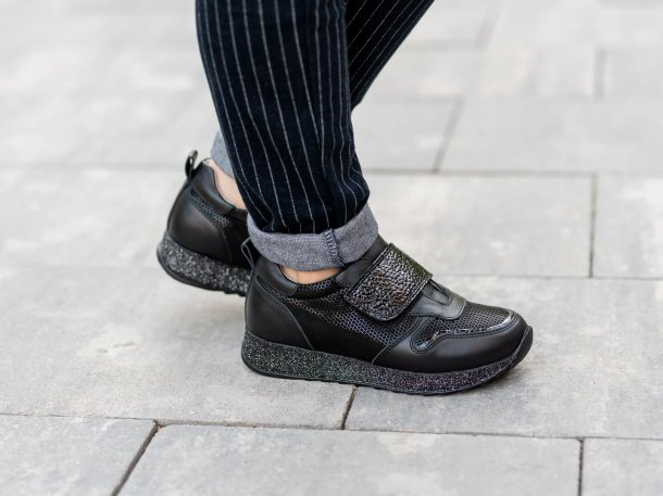 Девочка обута в детские кроссовки Woopy Fashion черные (7069) Фото 2