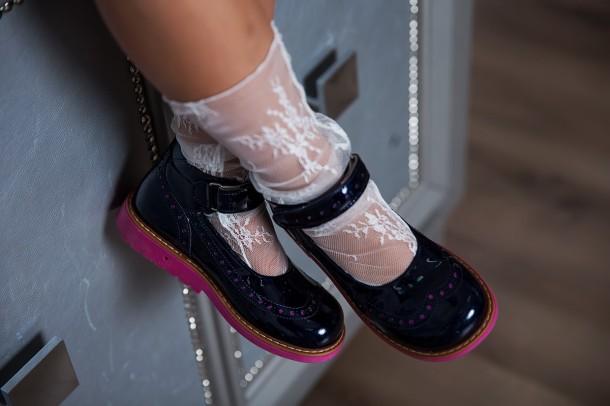 Девочка обута в детские туфли Woopy Orthopedic темно-синие (7071) Фото 1