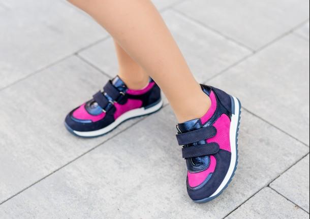 Девочка обута в детские кроссовки Woopy Fashion синие, малиновые (7073) Фото 1