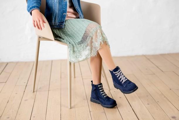 Девочка обута в детские демисезонные ботинки Woopy Fashion синие (7101) Фото 1