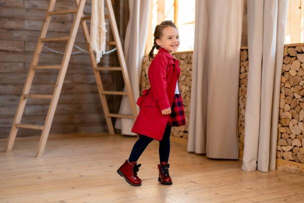 Девочка обута в детские демисезонные ботинки Woopy Fashion красные (7102) Фото 1