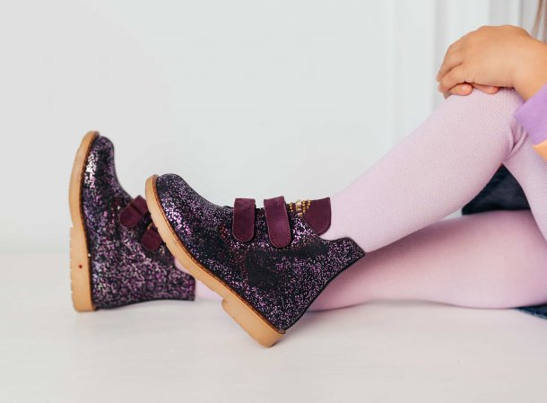 Девочка обута в детские демисезонные ботинки Woopy Orthopedic фиолетовые (7106) Фото 1
