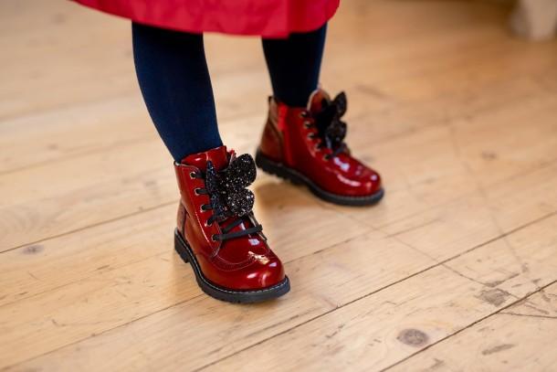 Девочка обута в детские демисезонные ботинки Woopy Orthopedic красные (7111) Фото 1