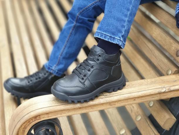 Мальчик обут в детские демисезонные ботинки Woopy Fashion черные (7121) Фото 1