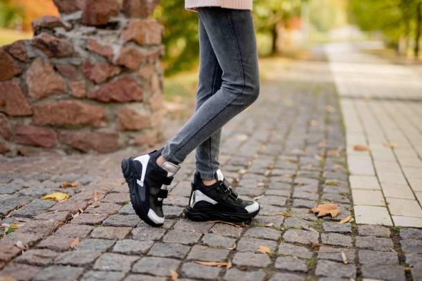 Девочка обута в детские демисезонные ботинки Woopy Fashion черные (7126) Фото 1