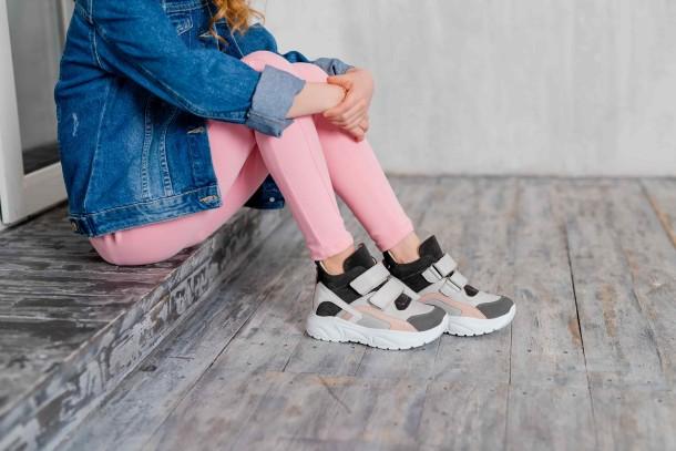 Девочка обута в детские демисезонные ботинки Woopy Fashion серые (7130) Фото 1